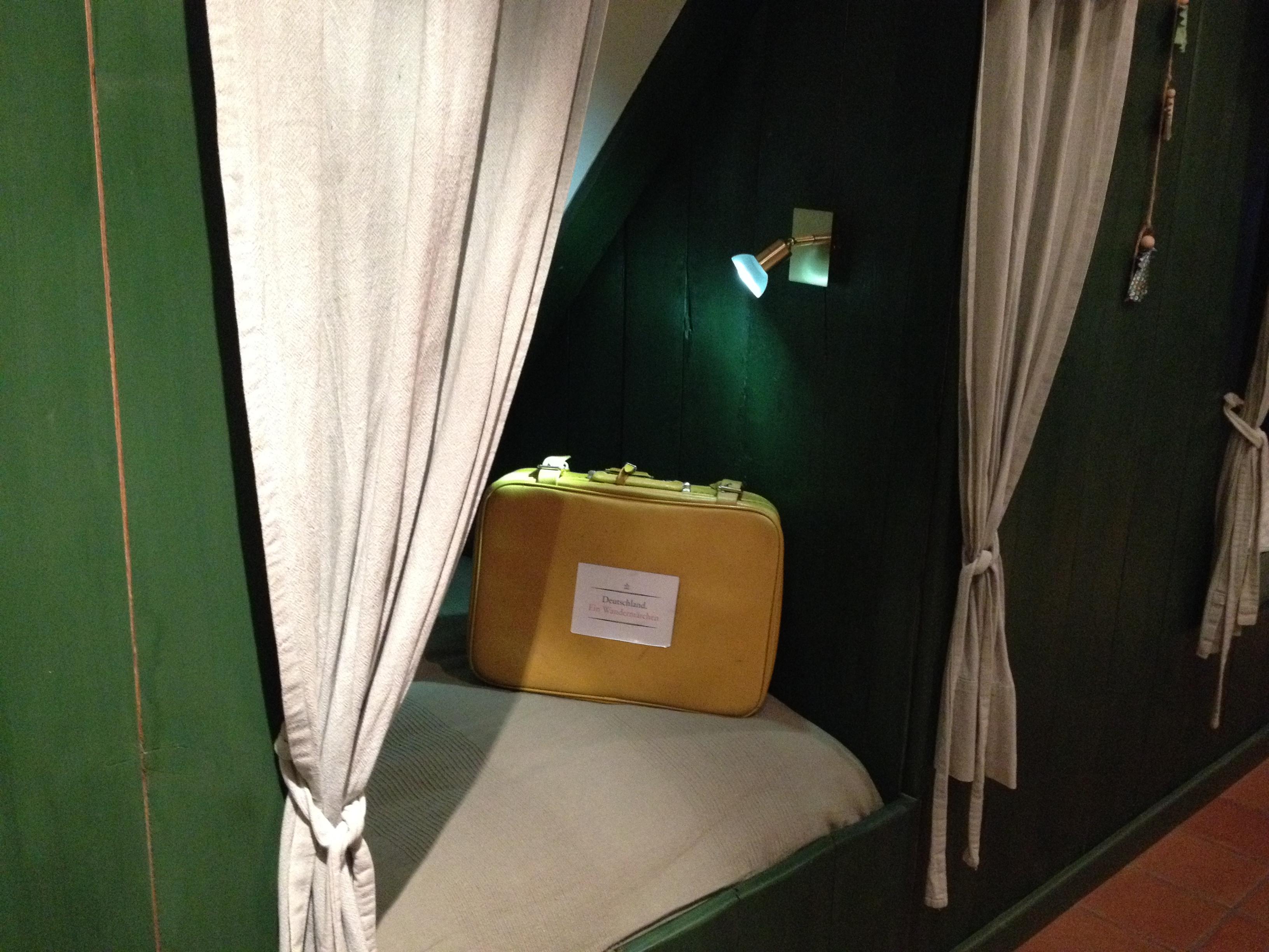 So, angekommen! Mein Koffer schläft in historischen Alkoven ...