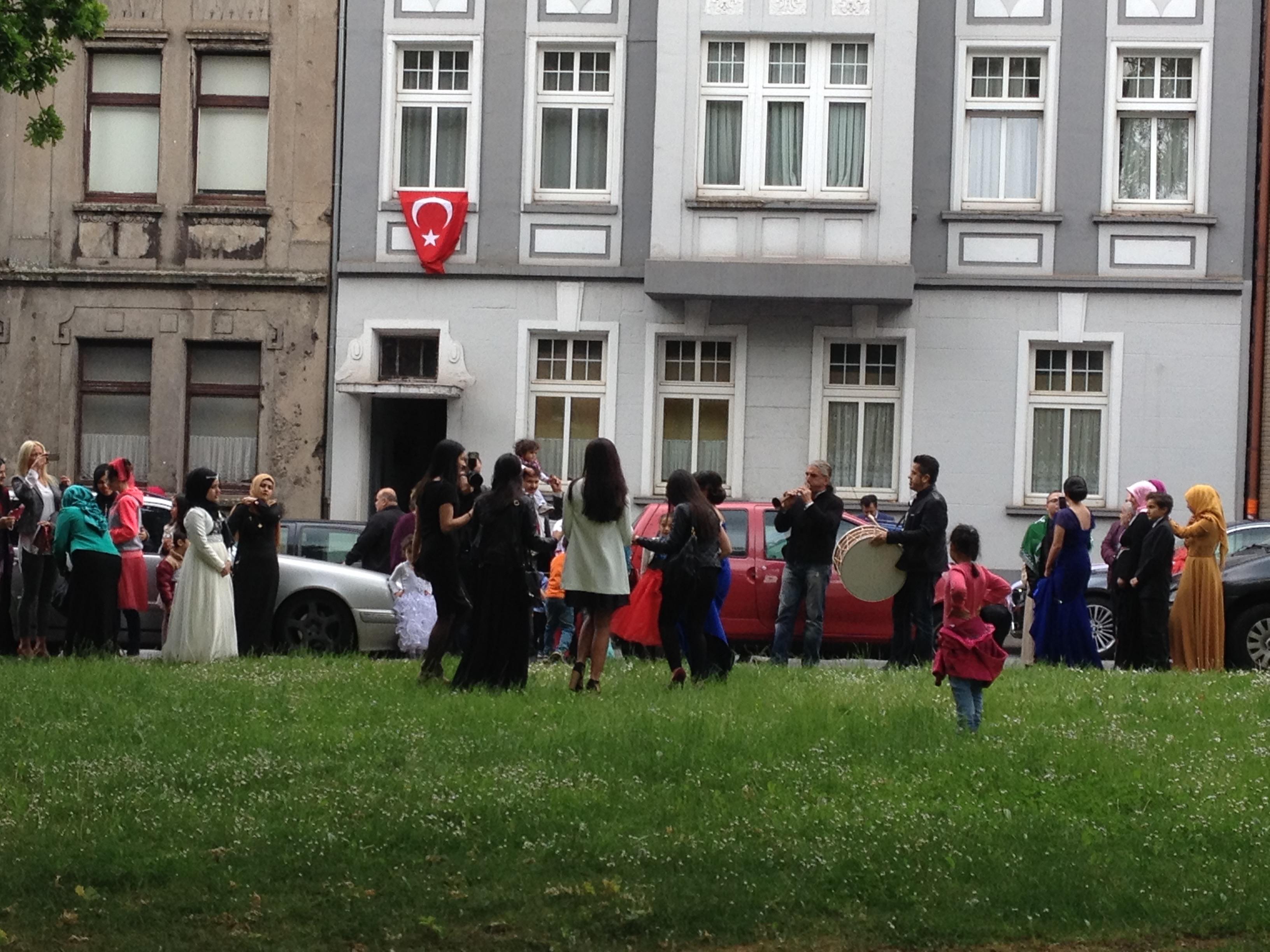 Vielleicht, weil eine türkische Hochzeit so viel Freude macht!