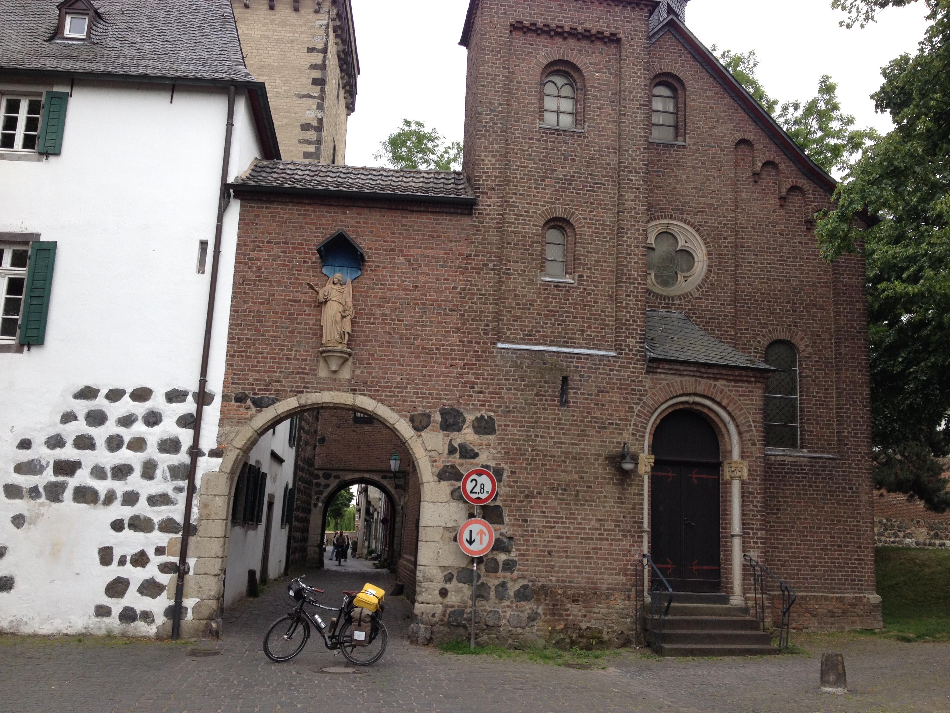 Eine Burg in den Rheinauen
