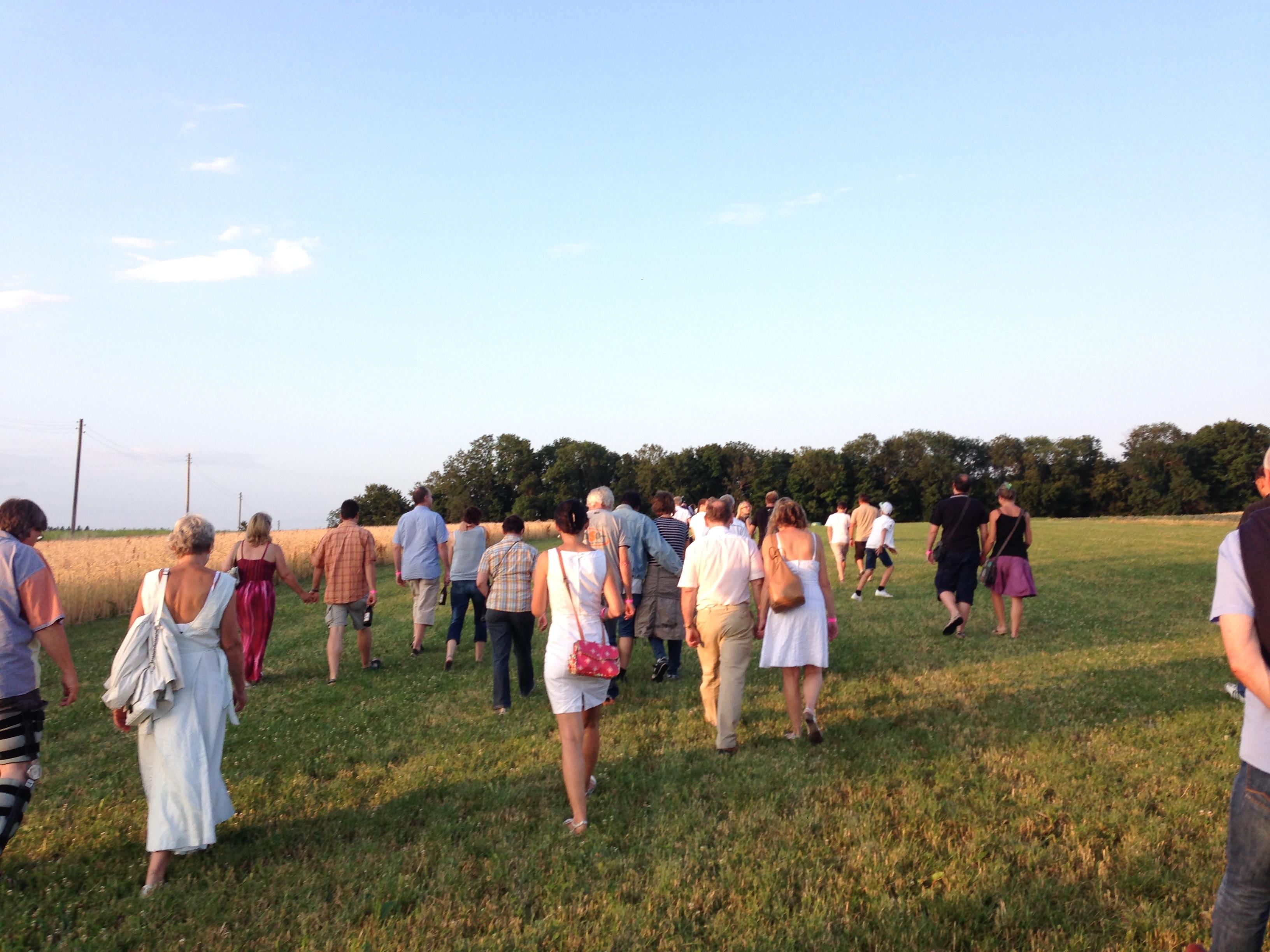 Das Publikum folgt den Darstellern in der Abendsonne